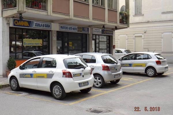 parcheggio scuola guida con auto della scuola parcheggiate