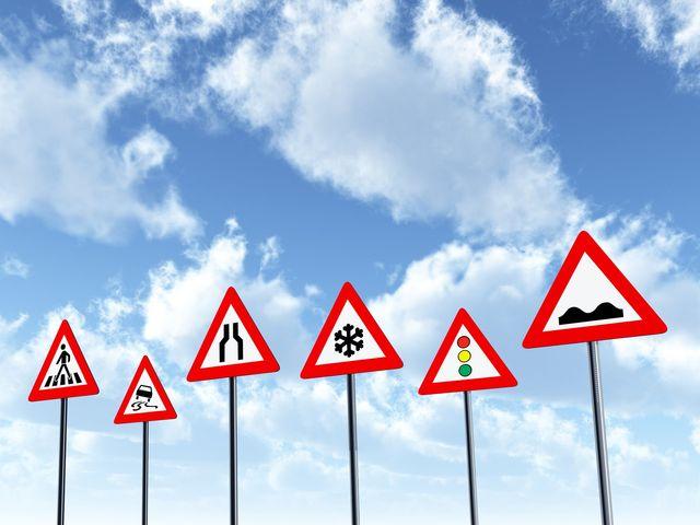 segnali stradali con cielo di sfondo