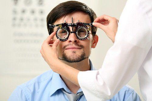 un uomo durante una vista ottica
