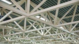 tetto di un capannone, struttura portante in tubi di ferro quadri, tetto in fogli di metallo ondulato