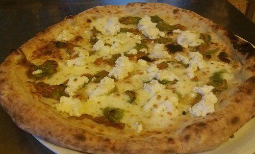 Pizza napoletana con mozzarella, fiori di zucca e ricotta. Pizzeria Pulcinella, Nocera Inferiore