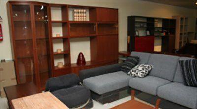 esposizone di mobili all'interno di showroom