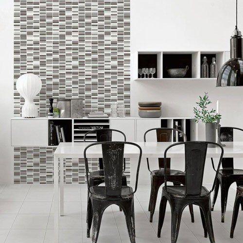 un tavolo di color bianco e delle sedie nere