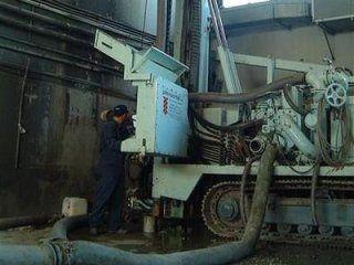 operaio mentre lavora con macchinari