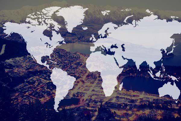 Mappamondo in bianco su una immagine della città di Napoli