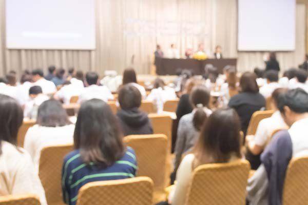 Gente in una conferenza