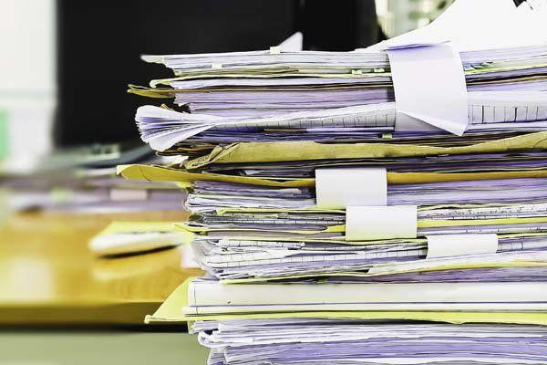 Primo piano di molte cartelle di documenti in una pila