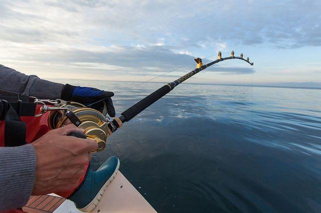 un uomo sta pescando in alto mare