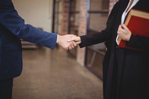 Stretta di mano tra il cliente e l'avvocato