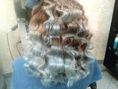 capelli ricci e tinti a color biondo e argento