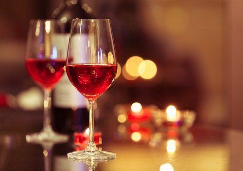 Due bicchieri di vino rosato,