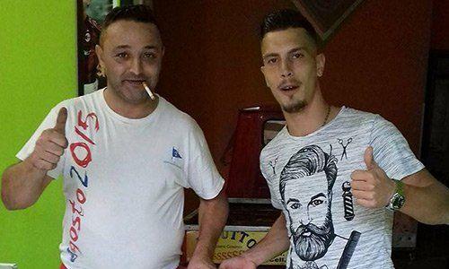 Due uomini con pollici in sù