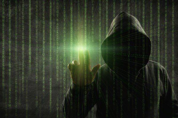 un uomo con un cappuccio che tocca un'immagine digitale