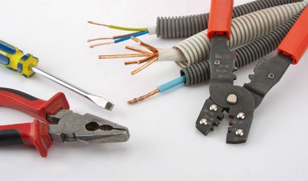 dei cavi elettrici,una pinza e un cacciavite