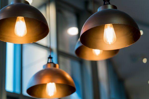 delle lampade a sospensione accese