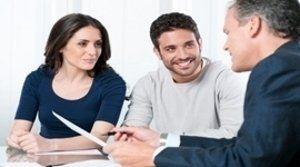 consulente con clienti sorridenti