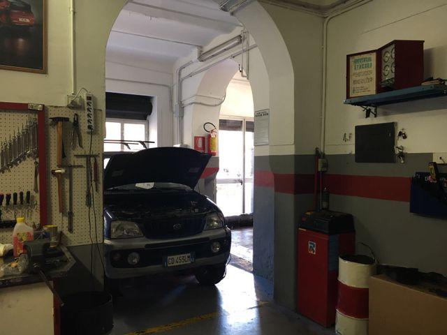 riparazione del motore di un'auto