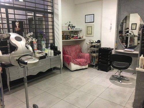 vista interna del salone da parrucchiere