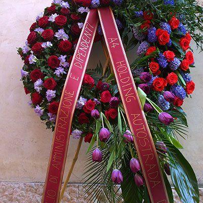 un bouquet grande dei fiori bianchi e dei nastri con nomi scritti