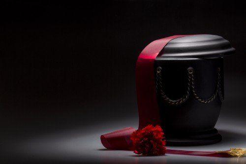 urna nera con fiore rossa