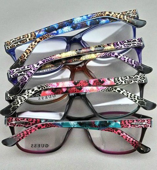 degli occhiali da vista colorati
