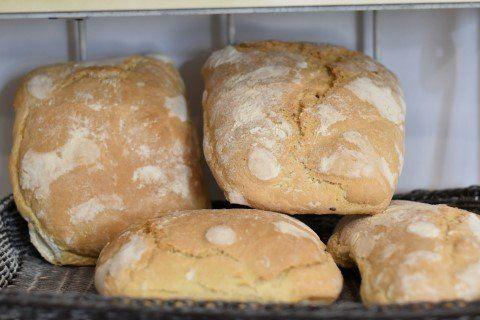 Pane toscano appena sfornato tagliato a fette a firenze
