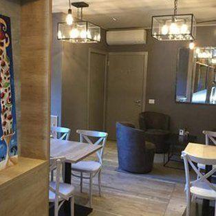 sala del panificio con tavoli e sedie