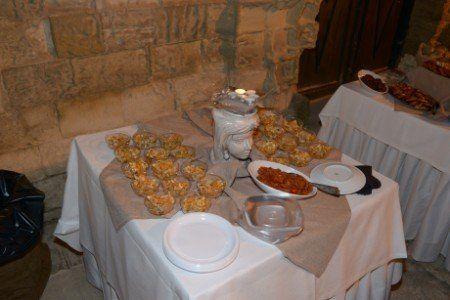 un tavolo con delle coppe di antipasti