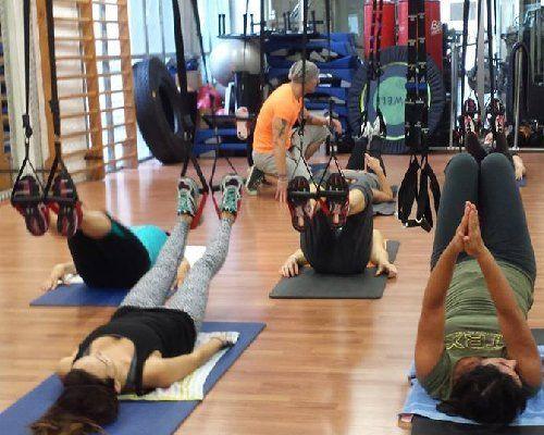 dei ragazzi che fanno yoga