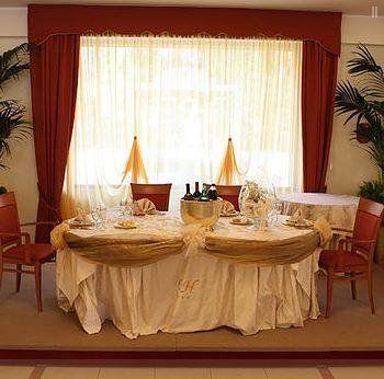tavolo apparecchiati con tenda gialla