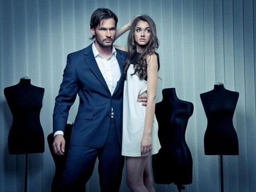 Un uomo con un completo blu e una camicia bianca e una donna con un vestito bianco