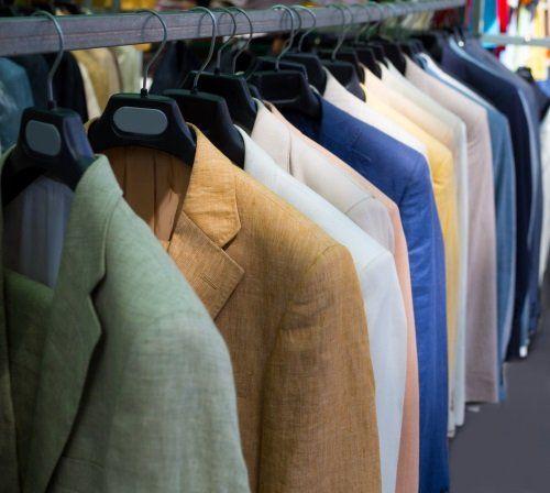 delle giacche di diversi colori appese