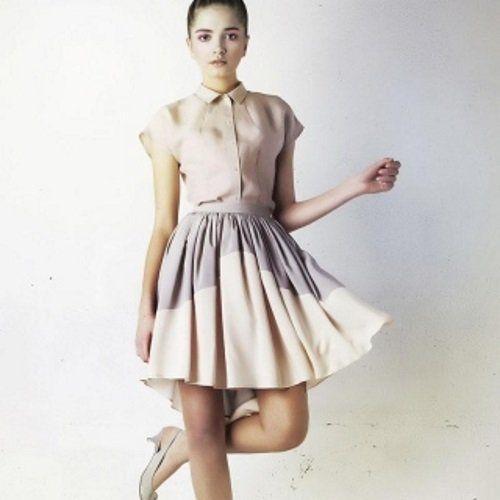 una ragazza con un vestito color pelle e la gonna bianca e violetta