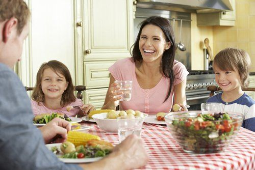 famiglia a tavola in cucina