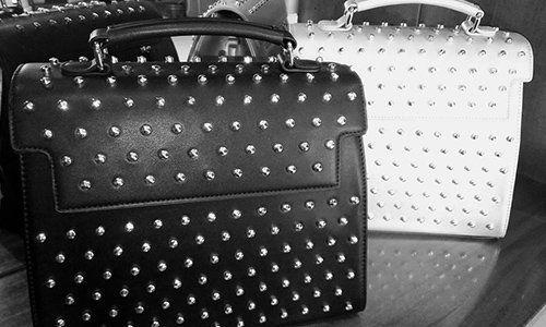due borse di pelle color bianco e nero