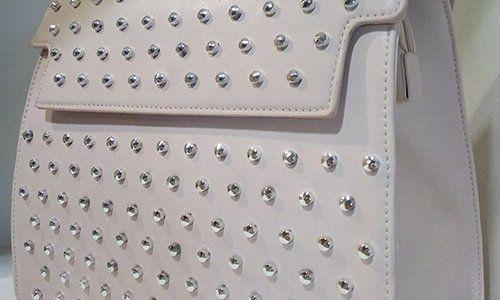 una borsa di pelle bianca
