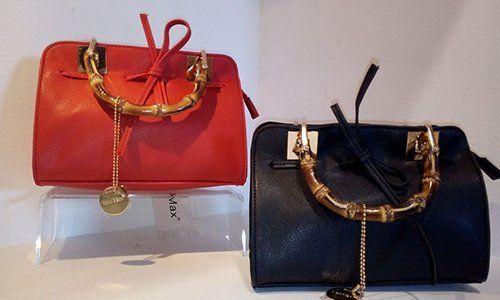due borse di pelle color rosso e blu con delle maniglie di legno