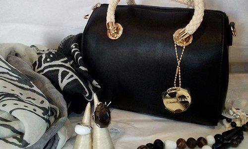 una borsa di pelle nera e dorata