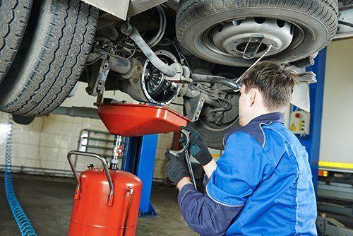 meccanico durante una riparazione auto presso officina Iveco Mosciano Truck SS a Mosciano Sant`Angelo