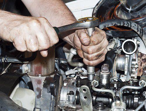 addetto durante una riparazione auto a Mosciano Sant`Angelo Teramo