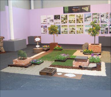 un esempio di un giardino con un prato, piante e vasi con piante di agrumi