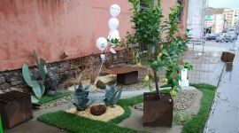 un esempio di un giardino con un prato e delle piante di agrumi