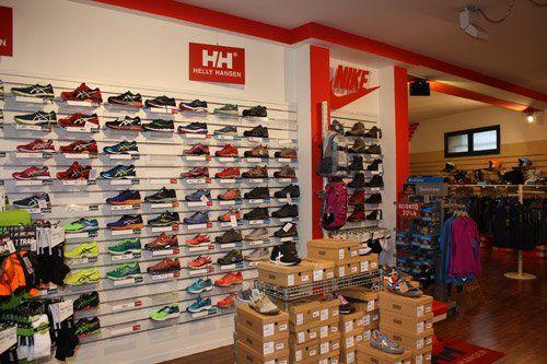 esposizione di scarpe sportive