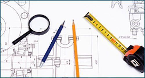 Piano, metro, matita e lente di ingrandimento, sinonimo di precisione