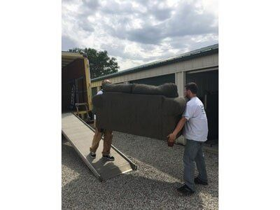 Etonnant Men Loading Furniture On Truck   Moving Company In Bloomington, IL