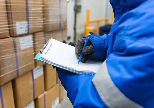 Operaio annota il numero delle scatole per il trasloco effettuato da New Removal Service a Milano
