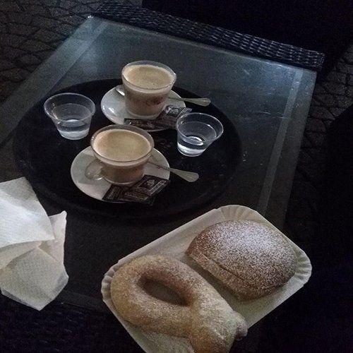 vassoio con caffe macchiati con acqua e dolce