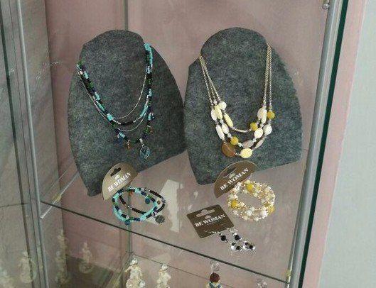 una vetrina con collani e bracciali di bigiotteria