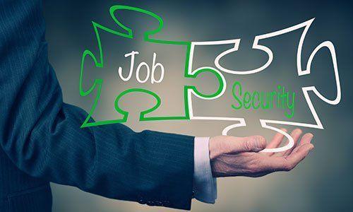 Una mano dell'uomo d'affari che detiene le parole Job Security