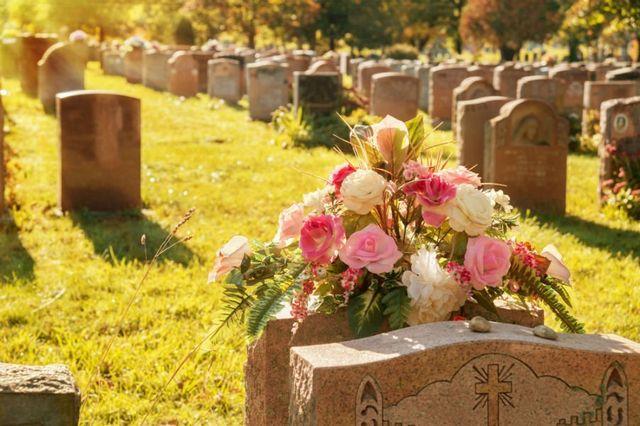 un cimitero con delle lapidi in marmo